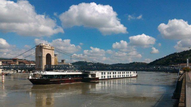 Quai du Rhone et pont pieton Vienne